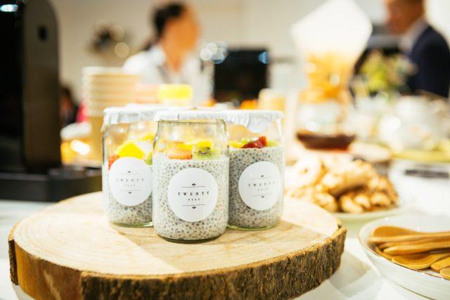 Mini sablé aux graines de courge,  fromage de chèvre frais, pistaches  et fleurs de bourrache